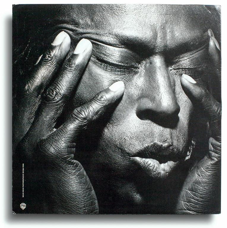 Vinyl: Miles Davis, Tutu, Warner Bros. Records - 1-25490, Estados Unidos, 1986. Photograph by Irving Penn. Designed by Eiko Ishioka.